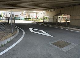 道路, 建物, 屋外 が含まれている画像  自動的に生成された説明